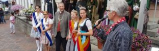 Bürgermeister Michael Kurz gratuliert den neuen Glashoheiten